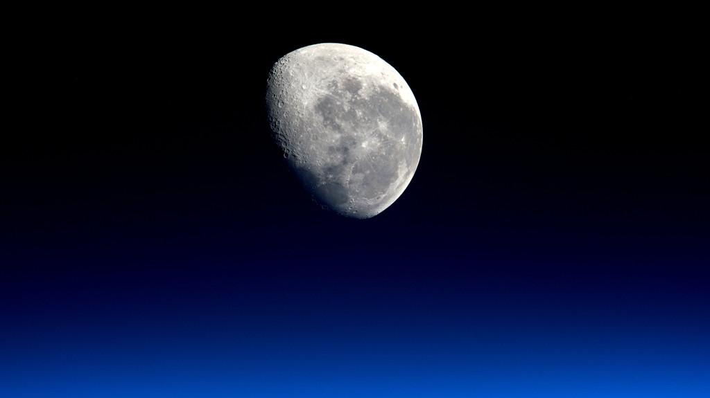 з гравитации Луны, удерживающей Землю на месте, наклон оси нашей планеты, со временем бы изменился.